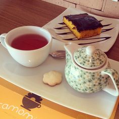 Chá de frutas com bolo de cenoura do camomila bistrô e café