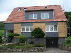 Interessante Schiefer-Holz-Kombination an der Fassade eines Einfamilienhauses. Arbeit der Engelhardt Dach & Wand GmbH in Heilbad Heiligenstadt (37308) | Dachdecker.com
