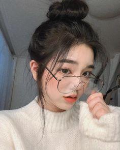 A imagem pode conter: 1 pessoa, óculos, close-up e área interna Pretty Korean Girls, Korean Beauty Girls, Cute Korean Girl, Pretty Asian, Cute Asian Girls, Beautiful Asian Girls, Ulzzang Girl Selca, Mode Ulzzang, Ulzzang Korean Girl