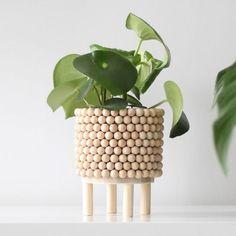 24 Stylish DIY Planters With Step By Step Tutorials – The Smallest Step - wooden diy Diy Craft Projects, Diy And Crafts, Wood Crafts, Vinyl Projects, Diy Simple, Diy Planters, Planter Ideas, Diy Décoration, Boho Diy