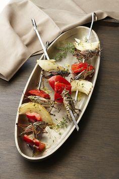 Brochettes aux sauterelles, poivrons et oignons