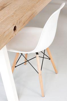 Een tafel die gemakkelijk toe te passen is in ieder interieur. De robuuste poten op de 4 hoeken van het werkblad zijn precies goed gepositioneerd, zodat u zowel aan het einde van de tafel als ertussen in kunt rekenen op een praktische zitplaats. Het blad bestaat uit grof eiken balken.