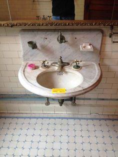 New sliding door white subway tiles ideas Victorian Bathroom, Vintage Bathrooms, Bathroom Interior, Interior Design Living Room, Bathroom Furniture, Modern Bathroom, Bathroom Ideas, White Subway Tiles, White Marble