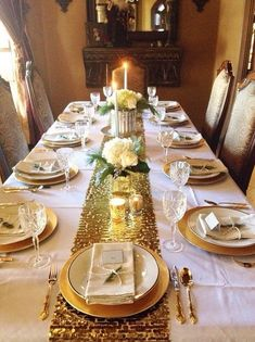 Best Christmas Table Decor ideas for Christmas 2019 where traditions meets grandeur - Hike n Dip Make your Christmas special with the best Christmas Table decoration ideas. These Christmas tablescapes are bound to make your Christmas dinner special. Xmas Table Decorations, Indoor Christmas Decorations, Christmas Tablescapes, Decoration Table, Christmas Dining Table, Christmas Table Settings, Farmhouse Christmas Decor, Holiday Tables, Xmas Dinner