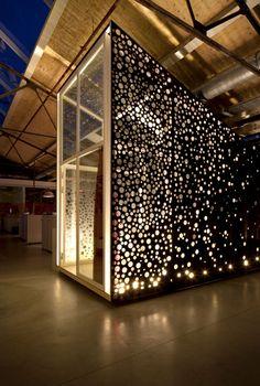 Le cabinet d'architecture Sid Lee signe les bureaux de Red Bull Amsterdam. Situé dans une usine de construction navale réhabilité, à l'intérieur nous retrouvons des formes géométriques qui se réfèrent à l'histoire du bâtiment, contrasté par des graphismes empruntés à la culture de Red Bull. 2012.
