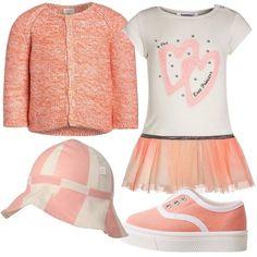 Outfit ispirato ai primi passi di una bimba formato da un paio di scarpette in cotone color corallo senza lacci, un vestito di maglina con stampa e gonna in tulle color pesca, un cardigan in cotone color arancio e un berretto in cotone color panna e rosa.