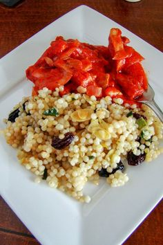 Pearl Couscous With Almonds And Raisins- a side dish that can be served with meats or fish, but also a good option for vegetarians. Side Dish Recipes, Meat Recipes, Seafood Recipes, Side Dishes, Vegetarian Recipes, Cooking Recipes, Fall Recipes, Pearl Couscous Recipes, Israeli Couscous Salad