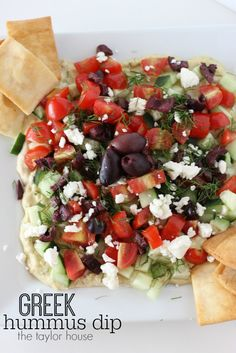 Hummus Dip Delicious and Festive Greek Hummus Dip loaded with veggies and Kalamata Olives!Delicious and Festive Greek Hummus Dip loaded with veggies and Kalamata Olives! Greek Hummus Dip, Greek Dip, Vegetarian Recipes, Cooking Recipes, Healthy Recipes, Appetizer Recipes, Appetizers, Jai Faim, Healthy Snacks