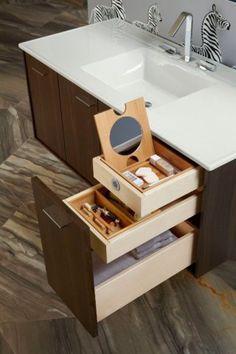 As prateleiras, armários, divisórias e até compartimentos secretos destes 13 banheiros  são preparados para a organização.