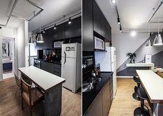 Uma cozinha com móveis escuros pedem muita luz. Nesse caso, foram deixados os trilhos de luz expostos e em cima da mesa foram puxados os dois pendentes metálicos. Confira mais dicas no nosso blog!
