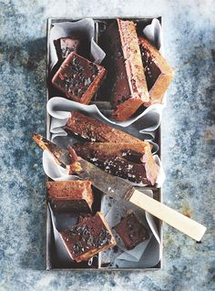 Donna Hay's Chocolate + Peanut Butter Fudge Slow Cooker Desserts, Chocolate Peanut Butter Fudge, Chocolate Recipes, Köstliche Desserts, Dessert Recipes, Fudge Recipes, Candy Recipes, Chocolate Peanuts, Cocoa Chocolate