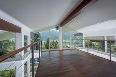 modernes und hochwertiges Design, helle und freundliche Räume: The View in Kitzbühel mit großen Fenstern und Bergblick