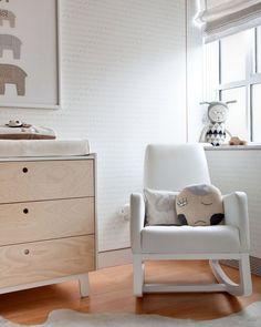 habitación moderna y sosegada,con sillon para dar de amamantar y acunar al niño antes de dormir     Nursery by Sissy + Marley