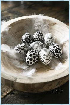 Easter Decorations 632685447637732898 - Easter: Coloring easter eggs in black and white (DIY) – Goodlives Source by Bunny Crafts, Easter Crafts, Easter Decor, Easter Egg Designs, Plastic Eggs, Easter Traditions, Easter Printables, Coloring Easter Eggs, Easter Party