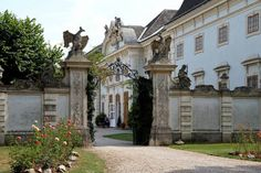 Heiraten im Schloss nahe Wien Mansions, House Styles, Home Decor, Forts, Decoration Home, Manor Houses, Room Decor, Villas, Mansion