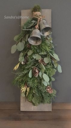 Einfach, Weihnachtsdekorationen im Freien auf einem Etat zu bilden - Bauernhaus-. Easy To Make Outdoor Christmas Decorations On A Budget - Farmhouse . Easy To Make Outdoor Christmas Decorations On A Budget - Farmhouse Decor - Christmas Swags, Xmas Wreaths, Outdoor Christmas Decorations, Christmas Bells, Rustic Christmas, Christmas Home, Christmas Lights, Christmas Crafts, Christmas Ornaments
