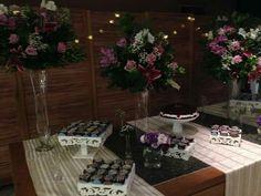 Arranjo de flores para mesa de bolo