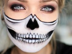 Make-up Halloween faces - 30 simple examples with a guaranteed scary effect - AWOMANSTYLE Visage Halloween, Half Face Halloween Makeup, Fröhliches Halloween, Maquillage Halloween, Women Halloween, Scary Faces, Scary Clowns, Hair Product Organization, Simple Skull
