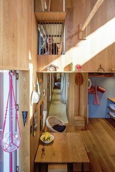 ผนังภายในบุด้วยไม้ ทำให้ได้ความรู้สึกอบอุ่น พื้นที่ว่างถูกเติมเต็มด้วยของแต่งบ้านตามมุมต่างๆ