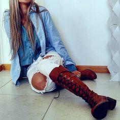 Bota Tanara ref. T0364  #repost -- @deborapagnoncelli -- Tanta coisa impressionante no mundo e ela se apaixona pelo mais simples da vida... #style #fashion #jeans #inspiration #lovely #lookinspiração