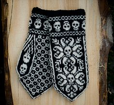 """Ravelry: Deathflake mittens pattern by Sissel KB. I think I'll make these for my mom. They seem very much like """"bad patty"""" mittens. Knitted Mittens Pattern, Knit Mittens, Knitted Gloves, Knitting Stitches, Hand Knitting, Knitting Patterns, Crochet Patterns, Crochet Skull, Knit Or Crochet"""
