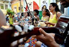 Rodas de samba se encontram na Praça Tiradentes