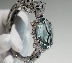 « L'odyssée de Cartier », le bracelet Panthère de la Maison Joaillière brille d'un savoir-faire sur un fond précieux de platine et de béryl vert…