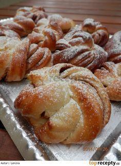 Jogurtové věnečky se skořicí 150 g bílého jogurtu 50 ml vody vanilkový cukr 30 g cukru krupice 30 g oleje špetka soli 14-15 g droždí 300 g hladké mouky Náplň: cukr (může být i vanilkový) mletá skořice máslo Yeast Bread Recipes, Baking Recipes, Albanian Recipes, Bread Shaping, Czech Recipes, Sweet Pastries, Great Desserts, Sweet Cakes, Desert Recipes