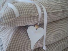 Schöne Sitzkissen aus vichy Stoffen und Holzherzen von allesausliebe ...