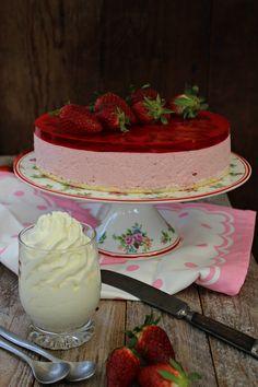 Tarta de fresa y nata :: Jahodový smetanový dort http://sladkyaslanydulceysaladodomains.tumblr.com/post/116709998052/jahodovy-smetanovy-dort-tarta-de-fresa-y-nata