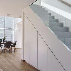 Betontreppe mit Einbauschrank und Concrete Stairs with built-in wardrobe and - Experience Of Pantrys Staircase Shelves, House Staircase, Staircase Railings, Staircase Design, Closet Under Stairs, Under Stairs Cupboard, Under Stairs Storage Solutions, Stairs In Living Room, Concrete Stairs