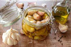 Ail confit à l'huile d'olive, une très jolie façon de conserver et de consommer l'ail. C'est fondant et délicieux, il faut en glisser dans vos salades ! Olives, Sauvignon, Pepper Jelly, Preserves, Pickles, Barbecue, Cucumber, Tapas, Peanut Butter