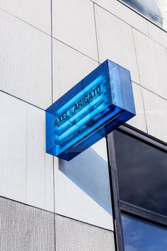 na is a platform for connecting ideas and building knowledge. Retail Signage, Wayfinding Signage, Signage Design, Environmental Graphic Design, Environmental Graphics, Store Concept, Sign System, Exterior Signage, Digital Signage