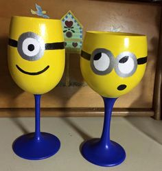 Minion Wine Glasses by StuffbySonia on Etsy - Diy Home Decor Dollar Store Wine Bottle Glasses, Diy Wine Glasses, Wine Bottle Art, Hand Painted Wine Glasses, Wine Bottles, Wine Glass Crafts, Wine Craft, Wine Bottle Crafts, Minion Craft