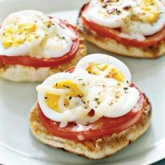 English-Muffin Egg Pizza- looks like a delicious brunch item Breakfast Desayunos, Breakfast Dishes, Breakfast Recipes, Hard Boiled Egg Breakfast, Breakfast Healthy, Health Breakfast, Perfect Breakfast, Tomato Breakfast, Power Breakfast