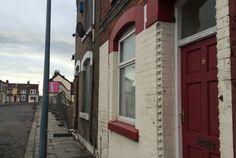 Portas das casas de solicitantes de asilo são pintadas de vermelho (foto: Reprodução/Twitter)