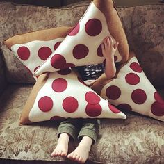 I need this pillow in my life! Food Pillows, Cute Pillows, Diy Pillows, Pillow Beds, Cute Crafts, Diy And Crafts, Crafts For Kids, Pizza Pillow, My Room