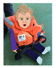 Baby in Schwimmweste bei Rettungsübung