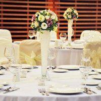 Esküvői asztaldísz magas vázában Table Decorations, Furniture, Home Decor, Homemade Home Decor, Home Furnishings, Interior Design, Home Interiors, Decoration Home, Home Decoration