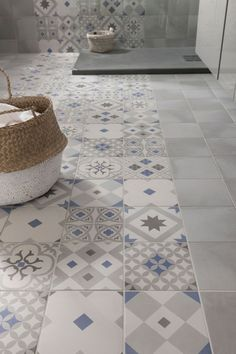 these attractive latest bathroom wall, floor tiles design ideas which have managed to win hearts despite being small. House Design, Tiles, Flooring, Tile Floor, Beautiful Bathrooms, Tile Bathroom, Tile Design, Home Deco, Bathroom