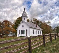 Quaint lil country house of worship church wedding Abandoned Churches, Old Churches, Abandoned Places, Church Pictures, Snow Pictures, Old Country Churches, Take Me To Church, Cathedral Church, Church Building