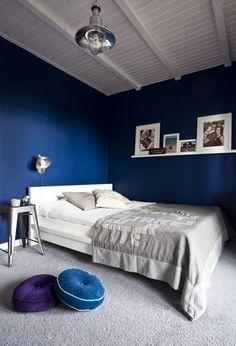 wandfarbe schlafzimmer kobaltblau weißes bett grauer teppichboden