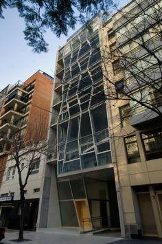 Vidrio en movimiento. Edificio de oficinas en el barrio de Nuñez proyectado por Javier Rivarola, Gustavo Trosman y Ricardo Norton, del estudio RTN.