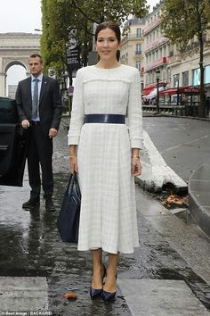 Crown Princess Mary looks chic in a Chanel-style dress as she visits the House of Denmark Chanel Fashion, Royal Fashion, Chanel Style, Preppy Fashion, Crown Princess Mary, Princess Style, Denmark Fashion, Princess Marie Of Denmark, Chanel Dress