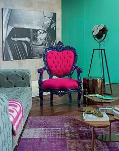 """""""A paleta ousada só foi possível porque a base era neutra"""", ensina a arquiteta Andrea Murao, responsável pela decoração colorida. A porta de Formica turquesa faz contraste com a antiga poltrona francesa repaginada com tecido pink e pintura azul"""