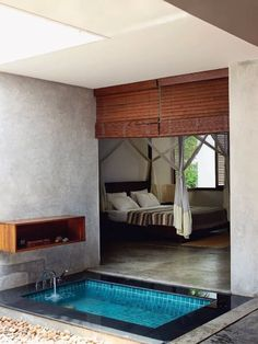 Here's an unusual arrangement I'm spotting more and more lately: a bathtub... in the bedroom? As strange as it may seem, master bedrooms and bathrooms are starting to merge, with very interesting results.