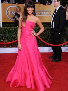 Lea Michele fue otra de la invitadas que eligió un vestido en rosa flúor para pasear por la alfombra roja. Muy minimal y con un voluminosa falda, así era el vestido palabra de honor de Valentino colección Resort 2013 que eligió la actriz de 'Glee'. Añadió a su looks joyas de Jennifer Mayer.