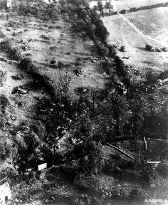 Vue aérienne de matériel allemand détruit pendant la bataille de la poche de Chambois. On peut noter : -trois Kubelwagen une à gauche (mi photo,) les deux autres au centre de part et d'autre de la haie où se trouve les deux arbres côte à côte.