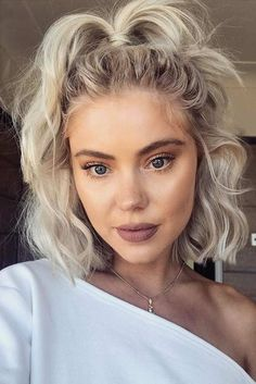 Chaotisch Half Up Pferdeschwänze für kurzes Haar # Frisuren # Kurzhaar # Kurzhaar # Pferdeschwänze There ar Site Today bruns courts femme homme mi long de cheveux color ideas women Hairdos For Short Hair, Short Hair Styles Easy, Long Bob Hairstyles, Short Hair Cuts, Curly Hair Styles, How To Style Short Hair, Ideas For Short Hair, School Hairstyles, Going Out Hairstyles