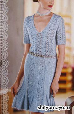 Ажурное голубое платье, связанное спицами